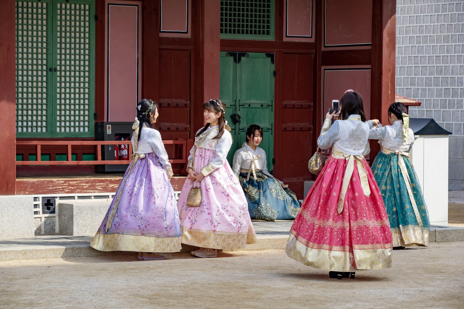 koean girls wearing a traditional hanbok
